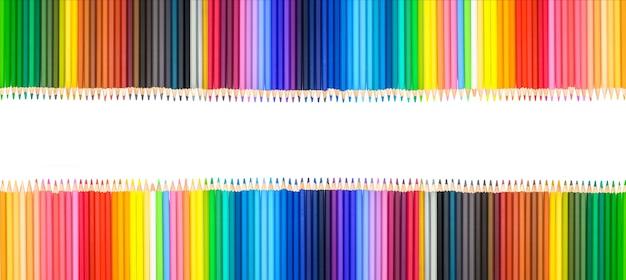 I colori della matita isolano su priorità bassa bianca