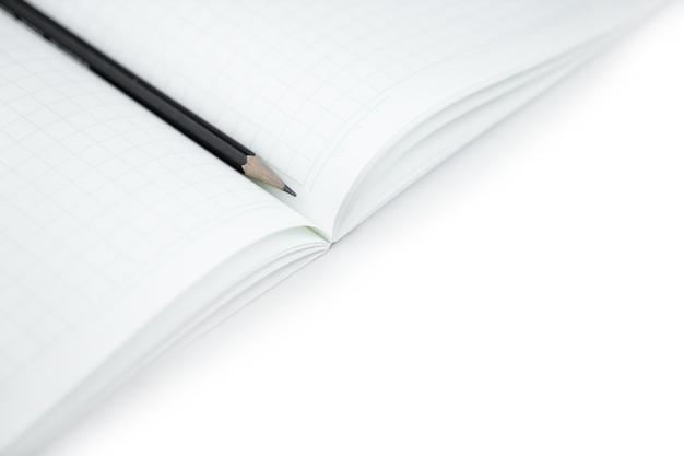 Disegni a matita con il taccuino in bianco su bianco isolato per l'apprendimento delle parole di scrittura di lingua giapponese.