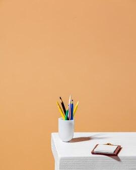 Matite e scrivania con carta su un tavolo