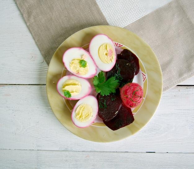 In pennsylvania dutch pickled beets and eggs.uova sode che vengono curate in una salamoia di barbabietole. cucina del midwest degli stati uniti.