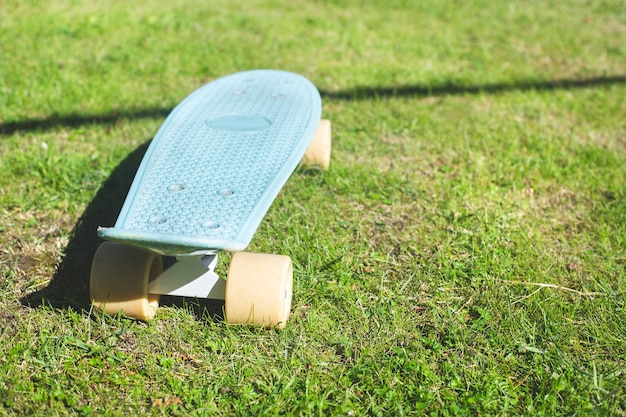 Penny board skateboard su erba verde, close-up. stile di vita attivo, attrezzature sportive.