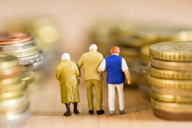 Pensionamento persone con modo denaro e felicità con la tua vita.