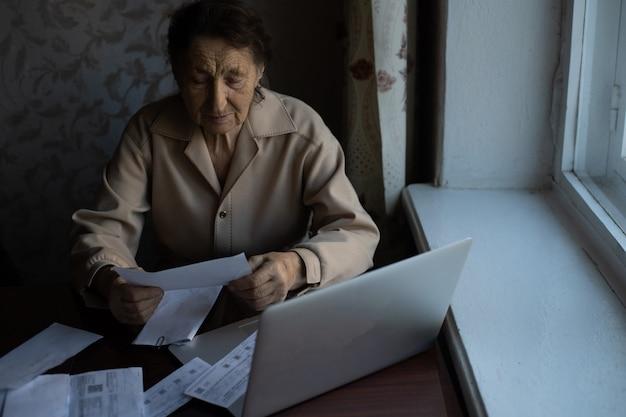 Il pensionato legge innumerevoli giornali ed è molto concentrato