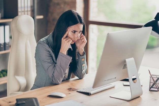 Ragazza pensierosa agente investitore lavoro remoto pc computer guarda schermo analizza azienda start-up sviluppo crisi via d'uscita rapporto indossare giacca blazer formale sedersi scrivania nella postazione di lavoro