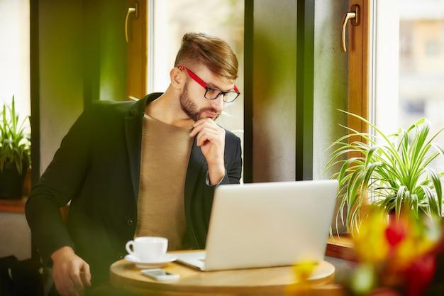 Pensoso uomo al laptop