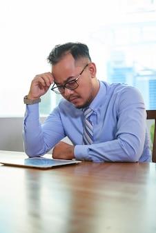 Uomo pensieroso che lavora duro