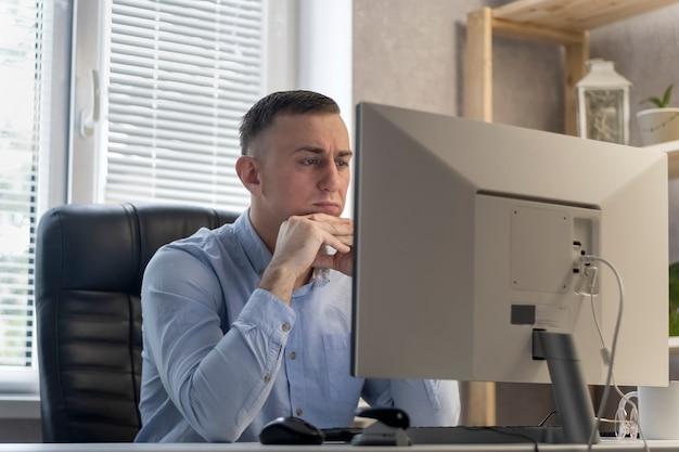 Il giovane pensieroso sta pensando a un progetto. l'impiegato riflette sulla soluzione del problema. il capo risolve i problemi aziendali.