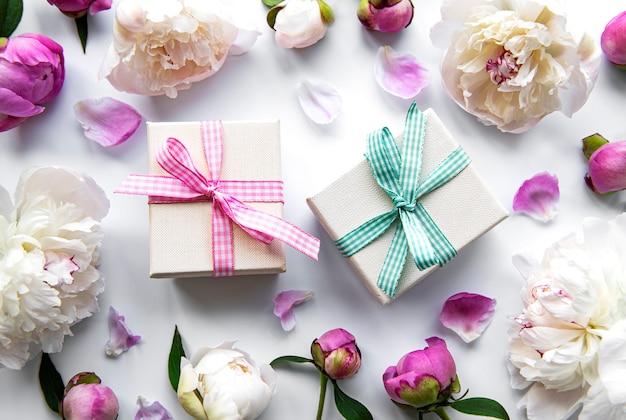 Fiori di peonia e scatole regalo