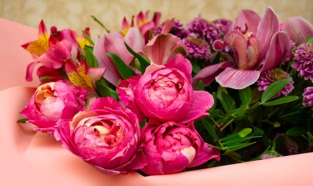 Fiori di peonia rose a forma di peonia su uno sfondo beige spazio per biglietto di auguri di testo