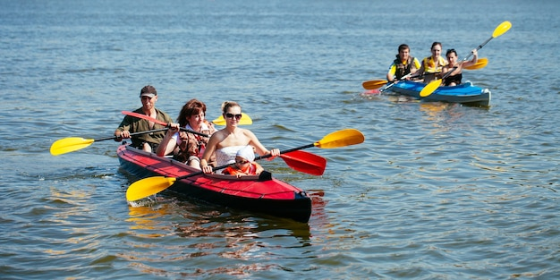 Persone di tutte le età in kayak. vacanza in famiglia.