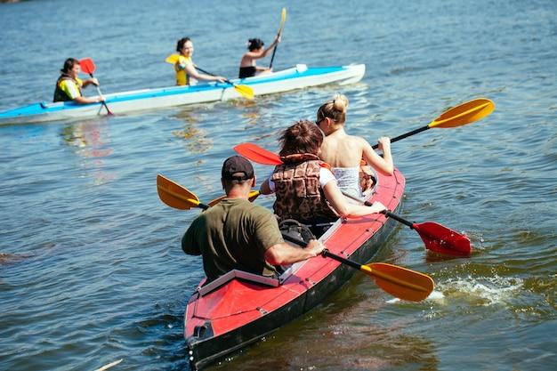 Persone di tutte le età in kayak