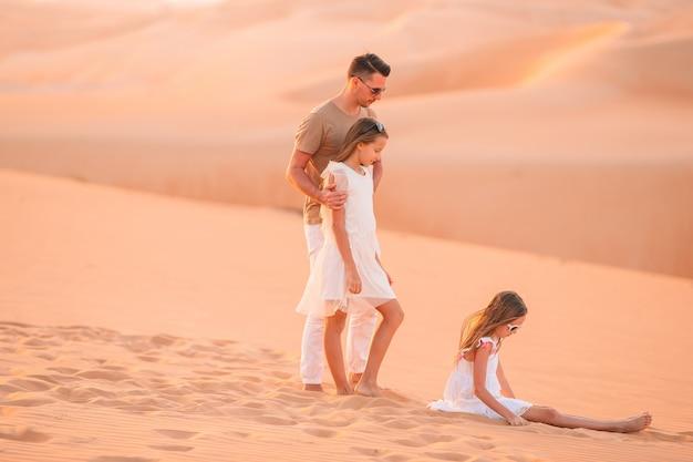 Persone tra le dune nel deserto degli emirati arabi uniti