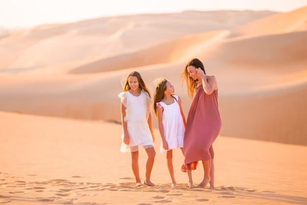 Persone tra le dune nel deserto di rub al-khali negli emirati arabi uniti