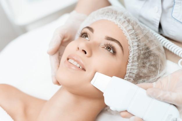 Le persone sono nel moderno salone di cosmetologia.
