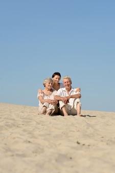 Le persone stanno riposando nella sabbia in un giorno d'estate