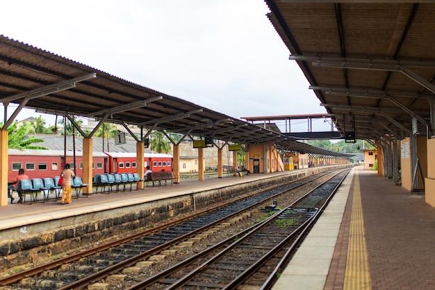 La gente sta aspettando il treno alla stazione ferroviaria in sri lanka.