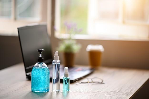 Le persone lavorano a casa a causa dell'epidemia e c'è alcool per le pulizie.