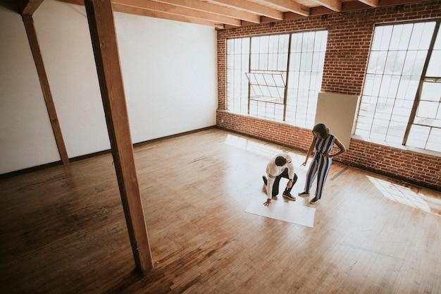 Persone che fanno brainstorming sul pavimento