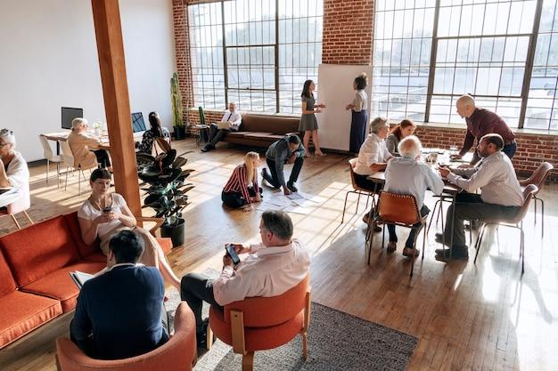 Persone che fanno brainstorming in un'officina