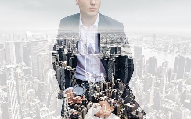 Persone, affari, doppia esposizione e concetto di stile di vita - foto di uomo d'affari che tiene il caffè. doppia esposizione, città sullo sfondo. sfondo sfocato