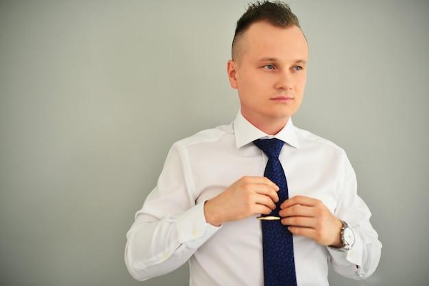 Concetto di persone, affari, moda e abbigliamento - chiuda in su dell'uomo in camicia vestirsi
