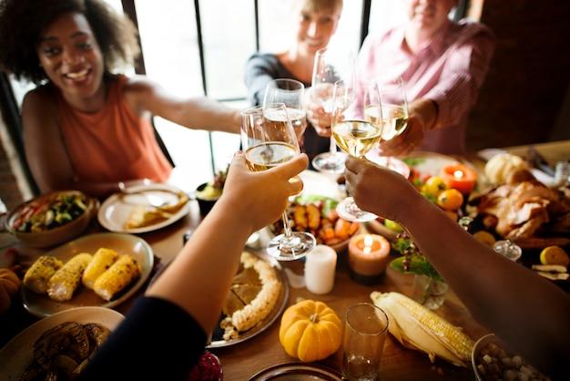 Acclamazioni della gente che celebrano concetto di festa di ringraziamento