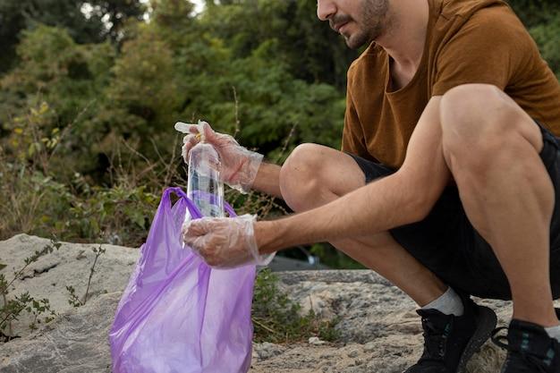 Persone che puliscono la spazzatura dalla natura