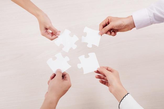 Persone che collegano puzzle