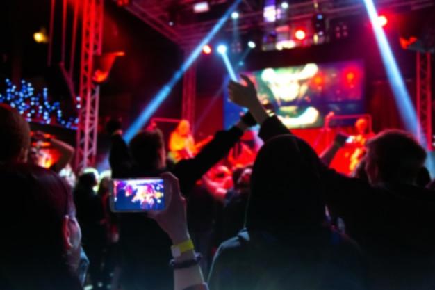 Le persone si affollano al concerto