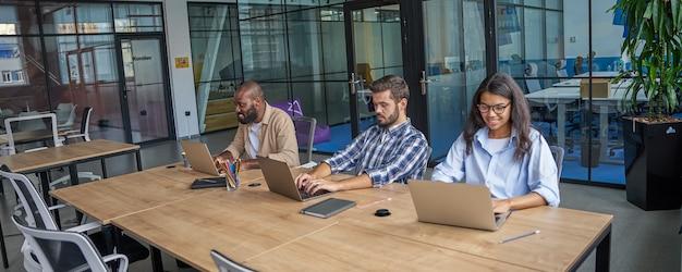 Persone che sviluppano conoscenze per il lavoro sul posto di lavoro