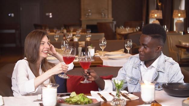 Persone che cenano al ristorante, stile di vita in resort, uomo e donna in luna di miele, marito e moglie festeggiano l'anniversario.