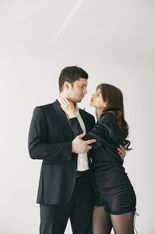 Persone vestite con abiti classici. coppia alla moda in un momento sensuale