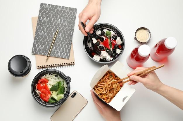 Le persone mangiano da asporto. consegna del cibo. gustoso cibo sul tavolo bianco