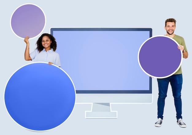 Persone davanti a un'icona del monitor del computer