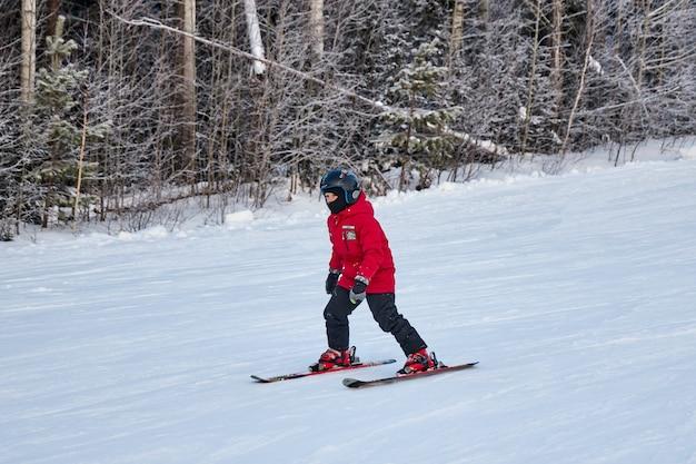 La gente fa snowboard e sci, attività ricreative invernali e sport. sciare giù dalla montagna con lo snowboard, emozioni divertenti sui volti di uomini e donne