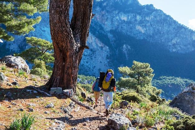 Persone in escursione in montagna