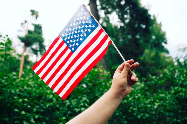 Persone in possesso della bandiera degli stati uniti. festa dell'indipendenza del 4 luglio