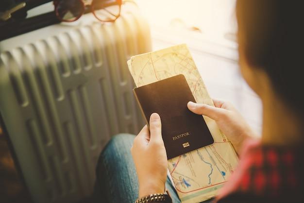 Persone in possesso di passaporti, mappa per viaggiare con i bagagli per il viaggio