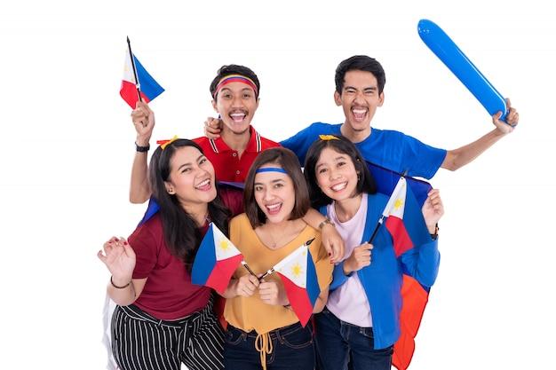 La gente che tiene la bandiera delle filippine che celebra la festa dell'indipendenza