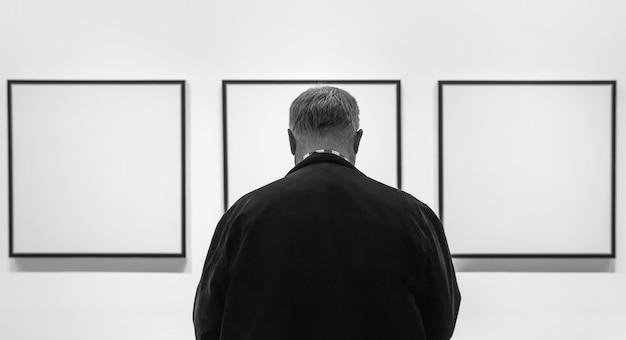 Persone all'interno del museum of modern art di new york