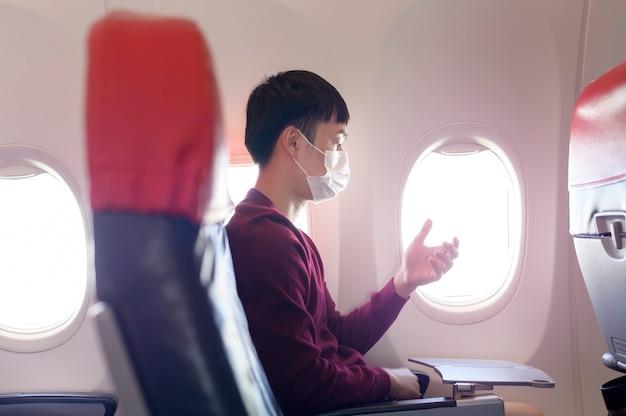 La gente sta toccando lo schermo virtuale in aereo, tecnologia moderna e concetto di trasporto.