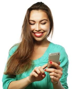 Persone, stile di vita e concetto di tecnologia: bella ragazza adolescente che indossa una camicia verde, facendo selfie con il suo smartphone - isolato su bianco