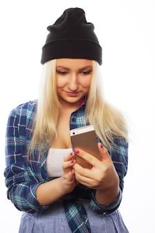Persone, stile di vita e concetto di tecnologia: bella ragazza adolescente con smartphone - isolato su bianco
