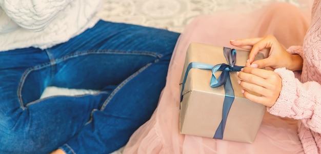 Persone innamorate dei regali nelle loro mani. messa a fuoco selettiva. felice.