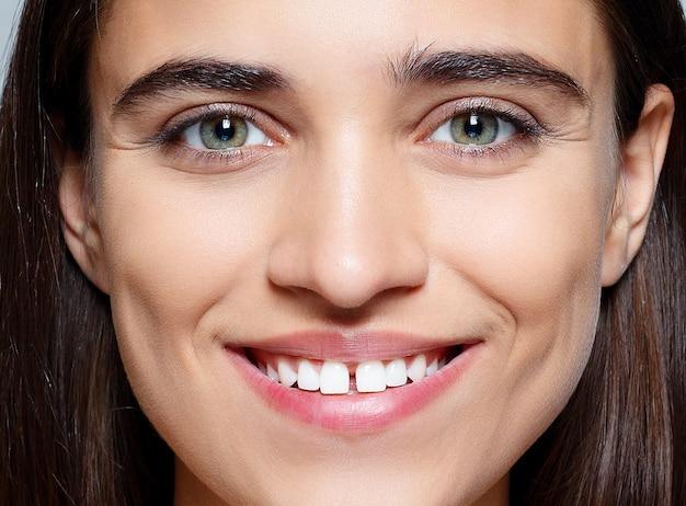 Persone, lusso e moda, concetto di emozioni - il ritratto della giovane donna con emozioni felici, sorriso, primo piano di bella donna castana con begli occhi e divario tra i denti