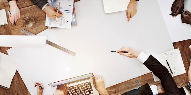 Gente che incontra concetto startup di tecnologia di lavoro corporativo