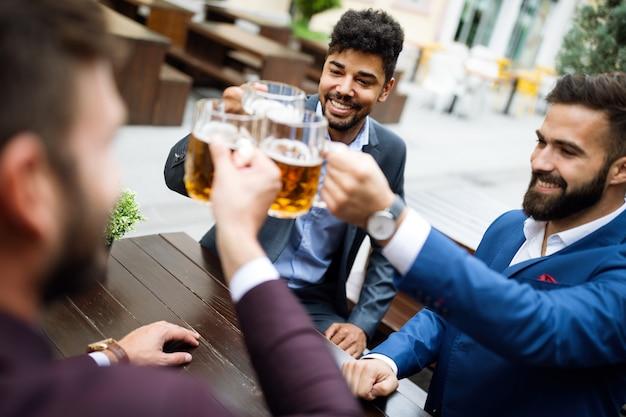 Persone, uomini per il tempo libero bevono amicizia e concetto di celebrazione