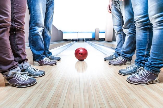Persone vicino a palla da bowling