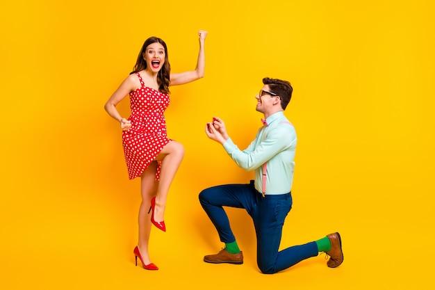 L'uomo in stile nerd propone una ragazza estatica