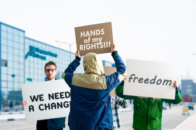 La gente fuori nelle strade con striscioni sulla marcia di protesta, evento politico